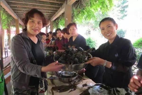 西钢物业公司举办第一届业主包粽子大赛